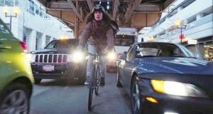 Embedded thumbnail for Chicago Bike Messenger Race Against Taxi